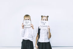 Piękni dzieci są uczniami w klasie wpólnie przy szkołą dalej Zdjęcia Stock
