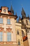Piękni dziejowi budynki na Starym rynku w Praga obrazy royalty free