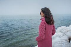 Piękni dziewczyn spojrzenia w odległość morze na skałach obrazy royalty free