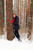 Piękni dziewczyna stojaki obok wielkiego drzewa i patrzeją up Zdjęcia Royalty Free