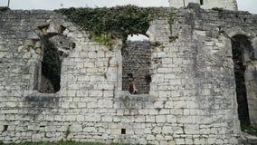 Piękni dziewczyna stojaki przy okno antyczny forteca i spojrzenia za okno lubią princess ogólny plan zdjęcie wideo