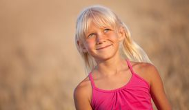 Piękni dziewczynki blondynki szczęśliwie spojrzenia przy niebem w polu zdjęcie royalty free
