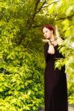 Piękni dziewczyny i zieleni liście zdjęcia stock