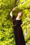 Piękni dziewczyny i zieleni liście fotografia stock