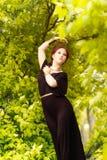 Piękni dziewczyny i zieleni liście fotografia royalty free