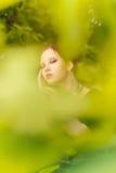 Piękni dziewczyny i zieleni liście zdjęcie royalty free