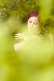 Piękni dziewczyny i zieleni liście obrazy royalty free