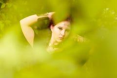 Piękni dziewczyny i zieleni liście zdjęcia royalty free