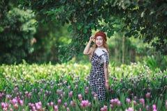 Piękni dziewczyny mienia bukieta kwiaty Portret w natury polu obraz royalty free