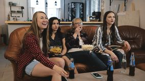 Piękni Europejscy dziewczyna zegarka filmy na TV Młode atrakcyjne dziewczyny ogląda emocjonalnego filmu 4K zwolnione tempo zdjęcie wideo