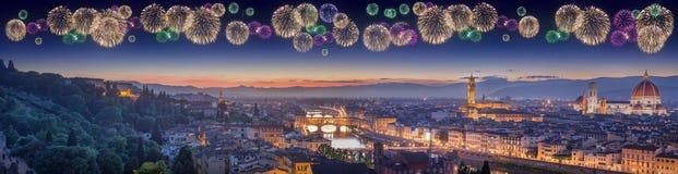 Piękni fajerwerki pod Arno rzeką i Ponte Vecchio przy zmierzchem, Florencja Obraz Stock
