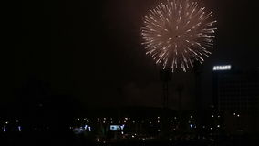 Piękni fajerwerki w nocnego nieba mieście zdjęcie wideo