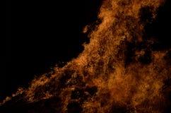 Piękni gorący płonący wysocy płomienie od ogniska zdjęcia royalty free