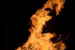 Piękni gorący płonący wysocy płomienie od ogniska na ciemnym zimy tle zdjęcia stock