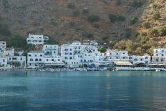 Piękni Greccy błękitni i biel domy na brzeg Crete w Śródziemnomorskim fotografia stock