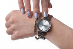 Piękni gwoździe, zegarek z bransoletką na ręce obrazy stock