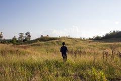 Piękni halni szczyty zakrywający z lasową i zieloną trawą dalej Zdjęcia Royalty Free
