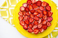 Piękni i wyśmienicie truskawka torta stojaki na żółtej pielusze obraz stock