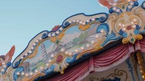 Piękni iluminujący karuzela szczegóły podczas gdy zaokrąglający przy Bożenarodzeniowym jarmarkiem w zwolnionym tempie Rocznika ko zdjęcie wideo