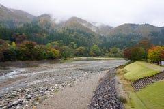 Piękni jesieni drzewa wzdłuż rzeki Shirakawa wioska Obrazy Royalty Free