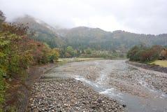 Piękni jesieni drzewa wzdłuż rzeki Shirakawa wioska Zdjęcia Royalty Free
