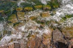 Piękni kamienie na wybrzeżu w wodzie i obraz stock