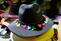 Piękni kapelusze dla dam dla sprzedaży przy rynkiem obrazy stock
