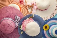 Piękni kapelusze wyrzucać na brzeg dla dam, piękny kolor dla lata backg Zdjęcie Royalty Free