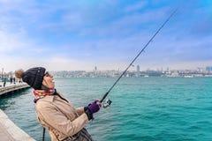 Piękni kobieta chwyty łowią w Istanbuł, Turcja zdjęcia stock