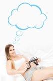 Piękni kobieta w ciąży kładzenia hełmofony na jej brzuchu zdjęcia stock