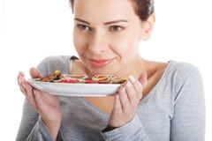 Piękni kobiety łasowania miodownika ciastka. Zdjęcia Stock