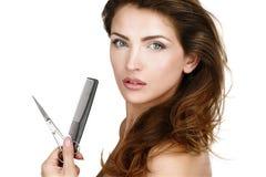 Piękni kobiety mienia nożyce i comg w jej ręce fotografia stock