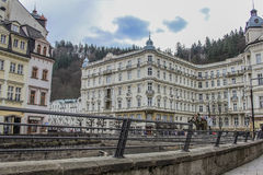 Piękni kolorowi budynki i Hotelowy Uroczysty obok brzeg rzeka w Karlovy Zmieniają zdjęcie royalty free