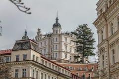 Piękni kolorowi budynki i ulica w Karlovy Zmieniają zdjęcie stock