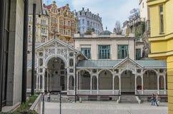 Piękni kolorowi budynki, kolumnada i ulica w Karlovy, Zmieniają zdjęcia royalty free