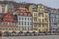 Piękni kolorowi budynki obok brzeg rzeka w Karlovy Zmieniają obraz stock