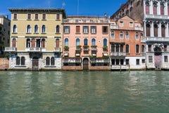 Piękni kolorowi domy na wodzie na słonecznym dniu w Wenecja, Włochy 14 8 2017 obrazy stock