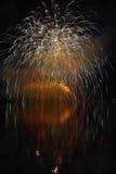 Piękni kolorowi fajerwerki na nawadniają powierzchnię z czystym czarnym tłem Zabawa festiwal i międzynarodowy konkurs Firefig Zdjęcia Stock