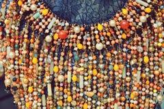 Piękni kolorowi luksusowi mody akcesorium biżuterii koraliki z jaskrawym kryształu tłem zdjęcia royalty free