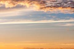 Piękni kolorowi zmierzchów nieba Dramatyczna linia horyzontu przy świtem Ogniści pluśnięcia na chmurach Naturalny tło z Zdjęcia Royalty Free
