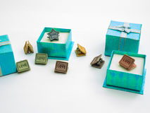 Piękni koloru prezenta pudełka i śliczne papierowe klamerki Zdjęcia Stock