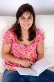 piękni książkowi czytelniczy kanapy kobiety potomstwa Zdjęcie Royalty Free