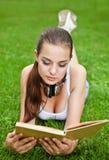 piękni książkowi dziewczyny parka lato potomstwa obraz royalty free