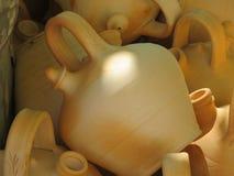 Piękni kuchenni naczynia robić glina ręcznie biegłymi rękami obraz royalty free
