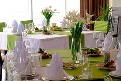 Piękni kwiaty na stole w dniu ślubu Zdjęcia Stock