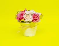 Piękni kwiaty w wazie odizolowywającej na żółtym tle fotografia stock
