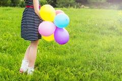 Piękni młodzi blondynki dziewczyny uśmiechy na letnim dniu chodzą z barwionymi piłkami w mieście zdjęcia royalty free