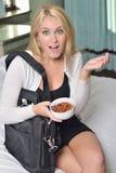 Piękni młodzi blondynki kobiety łasowania migdały Zdjęcia Stock