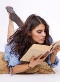 Piękni młodzi brunetka ucznia studia od książki Obrazy Royalty Free
