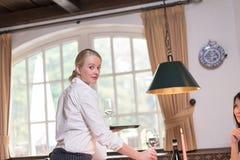 Piękni młodzi kelnerki porci napoje Zdjęcia Stock